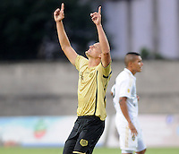 ITAGÜÍ -COLOMBIA-15-02-2014. Camilo Ceballos jugador de Itaguí celebra un gol en contra de Fortaleza FC en partido válido por la fecha 5 de la Liga Postobon I 2014 jugado en el estadio Metropolitano de Itaguí./ Camilo Ceballos player of Itagui Celebrates a goal against Fortaleza FC during match valid for the fifth date of the Postobon League I 2014 played at Metropolitano stadium in Itaguí city.  Photo:VizzorImage/Luis Ríos/STR