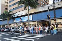 RIO DE JANEIRO, RJ, 02 AGOSTO 2012 - INTERDICAO E EVACUACAO DE SHOPPING NA TIJUCA - A juIza Adriana Therezinha Carvalho, da 27 Vara CIvel, determinou a interdicao e a evacuacao, em 15 dias, do Tijuca Off Shopping. A medida foi tomada para evitar o desabamento dos predios, afetados por uma obra irregular na area residencial do condominio - uma parte do playground estava sendo transformada em estacionamento.(FOTO: MARCELO FONSECA / BRAZIL PHOTO PRESS).