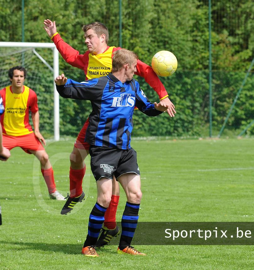 Veldegem - Oelegem :....Kopduel tussen Jonas Phlypo (L) en Glenn Devlieghere (R)..foto VDB / BART VANDENBROUCKE