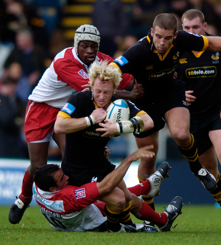 Photo: Richard Lane..London Wasps v Biarritz Olymique. Heineken Cup. 24/10/2004..Peter Richards is tackled by Damien Traille and Serge Betsen.