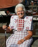 Nederland Spakenburg 2016. Visserijdag in Spakenburg. Tijdens de Visserijdag ligt de haven vol met historische schepen en dragen veel inwoners klederdracht.  De vrouw op de foto draagt de klederdracht dagelijks. Foto Berlinda van Dam / Hollandse Hoogte