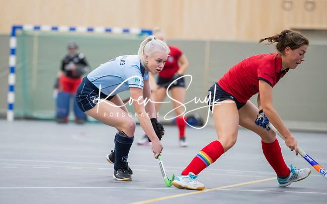 DELFT - Sophie Goorhuis (Lar) met Klaartje Mientjes (Nijm)   tijdens de zaalhockey competitiewedstrijd Laren-Nijmegen. COPYRIGHT KOEN SUYK