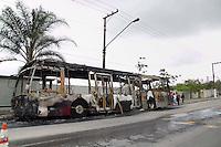SAO PAULO, SP - 21.10.2014 - ONIBUS INCENDIADO ZONA SUL - Moradores do Jd São Luis são vistos desmontando peças do rescaldo de ônibus incendiado na manhã desta teraça-feira (21). A linha 647-P (Terminal Pinheiros- Cohab Adventista), foi vítima do vandalismo na R. Antônio Ramos Rosa na noite de segunda-feira (20),  Polícia militar não tem informações sobre o motivo da ação.  <br /> <br /> (Foto: Fabricio Bomjardim / Brazil Photo Press)