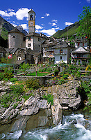 CHE, Schweiz, Tessin, Bergdorf Lavertezzo im Val Verzasca am Fluesschen Verzasca | CHE, Switzerland, Ticino, Lavertezzo at Verzasca Valley and river Verzasca