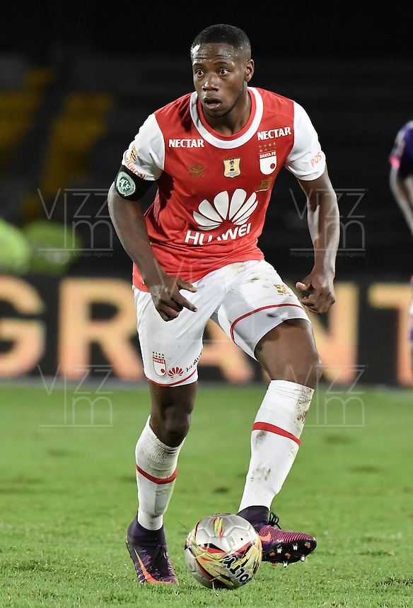 BOGOTÁ -COLOMBIA, 03-12-2016. Leyvin Balanta jugador de Santa Fe en acción durante el encuentro de vuelta entre Independiente Santa Fe y Independiente Medellín por los cuartos de final de la Liga Aguila II 2016 jugado en el estadio Nemesio Camacho El Campin de la ciudad de Bogota.  / Leyvin Balanta player of Santa Fe in action during the second legmatch between Independiente Santa Fe and Independiente Medellin for the final quarters of the Liga Aguila II 2016 played at the Nemesio Camacho El Campin Stadium in Bogota city. Photo: VizzorImage/ Gabriel Aponte / Staff