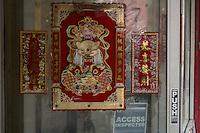 Porta di un negozio con decorazioni cinesi <br /> Chines images on a shop door