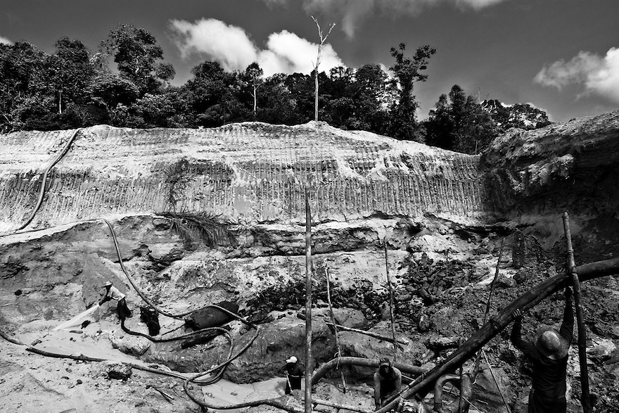 Gold-washing techinique used in Amazon region: Chupadeira is a hydraulic extraction technique. Heavy machinery is used to excavate the site where the search for gold is taking place, in order to reach the gold-bearing sediments. Next, the prospectors direct high-pressure water jets into these large, deep holes to dislodge and break up the sediments. Agua Branca region, Para State, Amazon, Brazil.