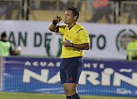 PASTO -COLOMBIA, 12-07-2015: Carlos Anaya, árbitro, señala una falta durante el partido entre Deportivo Pasto y Millonarios por la primera fecha de la Liga Águila II 2015 jugado en el estadio La Libertad de la ciudad de Pasto./ Carlos Anaya, referee, signs a foul during the match between Deportivo pasto and Millonarios for the first date of the Aguila League II 2015 played at La Libertad stadium in Pasto city. Photo: VizzorImage / Gabriel Aponte / Staff