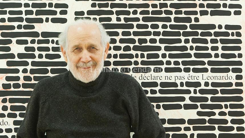 Artista concettuale e pittore - ma anche poeta, scrittore, drammaturgo e regista - Emilio Isgr&ograve; (Barcellona di Sicilia, 1937) &egrave; uno dei nomi dell&rsquo;arte italiana pi&ugrave; conosciuti a livello internazionale tra XX e XXI secolo.<br /> <br /> A partire dagli anni Sessanta, Isgr&ograve; ha dato vita a un&rsquo;opera tra le pi&ugrave; rivoluzionarie e originali, che gli ha valso diverse partecipazioni alla Biennale di Venezia (1972, 1978, 1986, 1993) e il primo premio alla Biennale di San Paolo (1977). Milano, 2 novembre 2016. Emilio Isgr&ograve; nel suo studio a Milano. &copy; Leonardo Cendamo