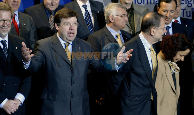 Irish Foreign minister,current chairman of the Council Brian Cowen (C)  gestures at the end of the Family Picture of  the Informal Foreign minister Council in Tullamore (Ireland) 17 april 2004. AFP PHOTO GERARD CERLES
