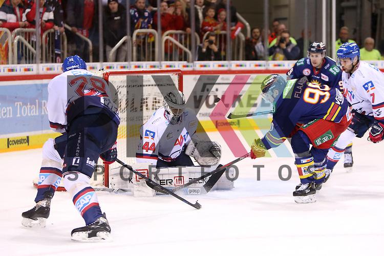 Save Dennis Endras (Adler Mannheim, Nr. 44) vor Jerome Flaake (Duesseldorfer EG, Nr. 90)<br /> im DEL-Spiel der Duesseldorfer EG gegen die Adler Mannheim (05.01.2020). beim Spiel in der DEL, Duesseldorfer EG (blau) - Adler Mannheim (weiss).<br /> <br /> Foto © PIX-Sportfotos *** Foto ist honorarpflichtig! *** Auf Anfrage in hoeherer Qualitaet/Aufloesung. Belegexemplar erbeten. Veroeffentlichung ausschliesslich fuer journalistisch-publizistische Zwecke. For editorial use only.