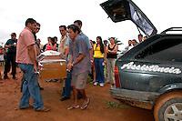 """Assassinato Dorothy StangO corpo da mission·ria americana irm"""" Dorothy Stang, da congragação Irmãs de Notre Dame, 73 anos, 28 dos quais na Amazônia, trabalhando com pequenos agricultores pela reforma agrária, È transportado por moradores e policiais para ser periciado em Belém. Dorothy como era conhecida em toda região da TransamazÙnica foi assassinada brutalmente as 7: 30 da manh"""" de ontem (12/02/2005) quando saia de uma casa no assentamento feito pelo Incra conhecido como  Esperança. Conforme o médico legista em seus levantamentos preliminares a religiosa foi morta com 9 tiros , dois dos quais na cabeça.Anapú, Pará, Brasil13/02/2005<br /> Foto Paulo Santos"""