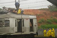 ITAPEVI, SP - 27.01.2012: ACIDENTE/TRENS/CPTM/ITAPEVI - Guindaste retira trem da linha da CPTM. Acidente envolvendo dois trens da CPTM (Companhia Paulista de Trens Metropolitanos) em Itapevi, na Grande Sao Paulo, na madrugada desta sexta-feira. Tres pessoas tiveram ferimentos leves e foram encaminhadas para um pronto-socorro da regiao. (Foto: Renato Silvestre/NewsFree)