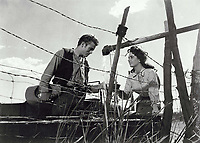 Giant (1956) <br /> Elizabeth Taylor &amp; James Dean<br /> *Filmstill - Editorial Use Only*<br /> CAP/KFS<br /> Image supplied by Capital Pictures