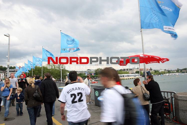 UEFA Euro 2008 Public Viewing in Z&uuml;rich - City. Fans gehen am Z&uuml;richsee &uuml;ber eine Br&uuml;cke. Ein Fan tr&auml;gt ein Trikot von Kevin Kuranyi ( Germany / Angreifer / Forward / #22 ).<br /> Foto &copy; nph (  nordphoto  )