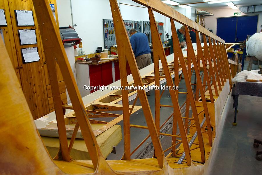 Rippenbauweise: DEUTSCHLAND 08.12.2013: Segelflugzeug in der Grundueberholung, Einblick in die Fluegelflaeche, Holzbauweise,Tragfläche, hinter dem Holm befinden sich die Rippen,   die Rippen geben dem Flügel die richtige Form. Die Rippen werden später mit Baumwolle bespannt.