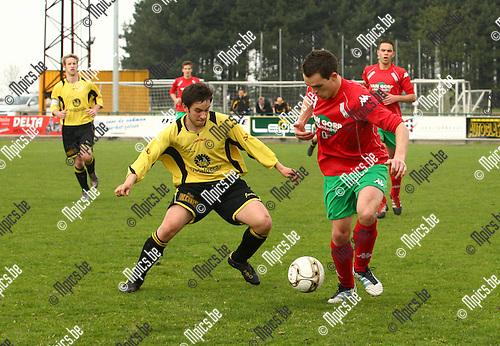 2012-04-29 / voetbal / Oud-Turnhout-Flandria / Hans Bartolomeeusen voor Oud-Turnhout in duel met Lander Huygen.