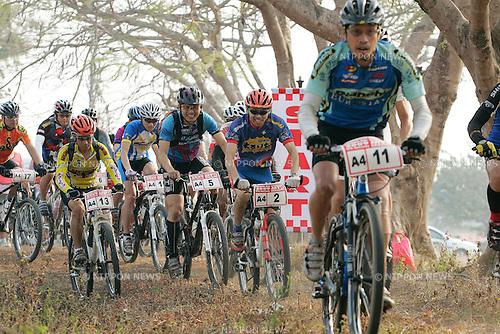 Chiang-Rai MTB Challenge 2009, riders group, A4- 11 Tawatchai CHANTRAPIROM, A4-2 Toru INOUE, A4-5 Nobuhiro TAGUCHI, A4-13 Rapeepong JITSATTHA (photo Laurent Benchana/Nippon News)