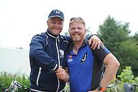 SKÛTSJESILEN: ELAHUIZEN: De Fluezen, 24-07-2015, SKS kampioenschap 2015, winnaar werd het skûtsje van Joure met schipper Dirk Jan Reijenga, Alco Reijenga feliciteert zijn broer Dirk Jan met de overwinning, ©foto Martin de Jong