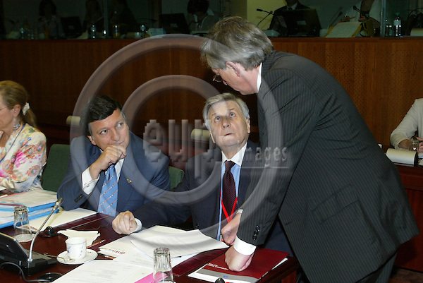 BRUSSELS - BELGIUM - 16 JUNE 2006 -- EU SUMMIT -- From left The President of the European Commission Jose Manuel BARROSO speaks with Jean-Claude TRICHET the President of the European Central Bank (ECB) and Wolfgang SCHUSSEL (Schüssel)(R) the President of the European Council and Prime Minister of Austria.  PHOTO: ERIK LUNTANG / EUP-IMAGES