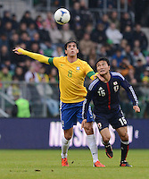 FUSSBALL   INTERNATIONAL   Testspiel    Japan - Brasilien          16.10.2012 KAKA (re, Brasilien) gegen Yasuyuki KONNO (Japan)