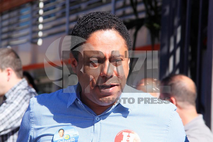 SAO PAULO, 21 DE JULHO DE 2012. CAMPANHA FERNANDO HADDAD. O candidato a vereador, Orlando Silva, durante A caminhada do candidato a prefeitura Fernando Haddad pelas ruas do Bairro do Jabaquara. FOTO: ADRIANA SPACA: BRAZIL PHOTO PRESS