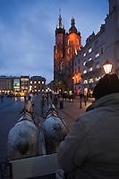 Europe/Voïvodie de Petite-Pologne/Cracovie: Promenade en calèche dans la vieille ville  sur la Place du Marché: Rynek  et l'église Notre Dame  - Vieille ville (Stare Miasto) classée Patrimoine Mondial de l'UNESCO,