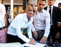 Francesca Pascale aderisce all'Arcigay il movimento per i diritti degli omosessuali