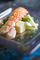 Europe/France/Bretagne/29/Finistère/Plomodiern:   Grosse langoustine rôtie et ses glaçons basilics et ananas en salade recette d' Olivier Bellin de l'Auberge des Glazicks
