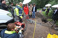 ALGEMEEN: LUXWOUDE: Hegedyk 58 Luxwoude, 18-07-2012, in het bijzijn van wethouder Coby van der Laan van de gemeente Heerenveen en wethouder Rob Jonkman van Opsterland werd glasvezel door het riool geblazen naar het nieuwe kantoor van Fryslân Ring, inblazen van glasvezel door het riool betreft een geheel nieuwe techniek, Michiel Regterschot van Jelcer Networks BV (rechts van beide wethouders), ©foto Martin de Jong