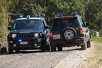 Waldbrand nahe der Sizilianischen Kleinstadt Petralia Sottana in der Provinz Palermo am Freitag den 31. Juli 2020. Der Brand dauerte vom Morgen bis in die Abendstunden. Anwohner nannten als Grund fuer den Brand Zigaretten, welche moeglicher Weise gezielt aus dem Auto geworfen wurden, da es neben der Strasse an mehreren Stellen fast zeitgleich anfing zu brennen.<br /> Die Beastzung eines Fahrzeug der Polizei (Carabinieri), links, und der Forsbehoerde (Corpo Forestale), rechts, besprechen sich.<br /> 31.7.2020, Petralia Sottana<br /> Copyright: Christian-Ditsch.de<br /> NUR FUER REDAKTIONELLE ZWECKE! Werbung nur auf Anfrage beim Fotografen. [Inhaltsveraendernde Manipulation des Fotos nur nach ausdruecklicher Genehmigung des Fotografen. Vereinbarungen ueber Abtretung von Persoenlichkeitsrechten/Model Release der abgebildeten Person/Personen liegen nicht vor. NO MODEL RELEASE! Don't publish without copyright Christian-Ditsch.de, Veroeffentlichung nur mit Fotografennennung, sowie gegen Honorar, MwSt. und Beleg. Konto: I N G - D i B a, IBAN DE58500105175400192269, BIC INGDDEFFXXX, Kontakt: post@christian-ditsch.de<br /> Bei der Bearbeitung der Dateiinformationen darf die Urheberkennzeichnung in den EXIF- und  IPTC-Daten nicht entfernt werden, diese sind in digitalen Medien nach §95c UrhG rechtlich geschuetzt. Der Urhebervermerk wird gemaess §13 UrhG verlangt.]