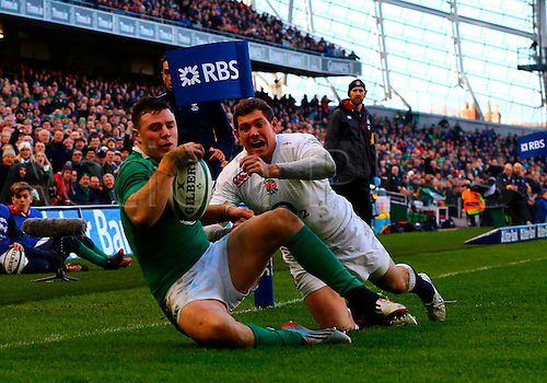 01.03.2015.  Dublin, Ireland. 6 Nations International Rubgy Championship. Ireland versus England.<br /> Robbie Henshaw (Ireland) touches the ball down ahead of Alex Goode (England) to score a try.
