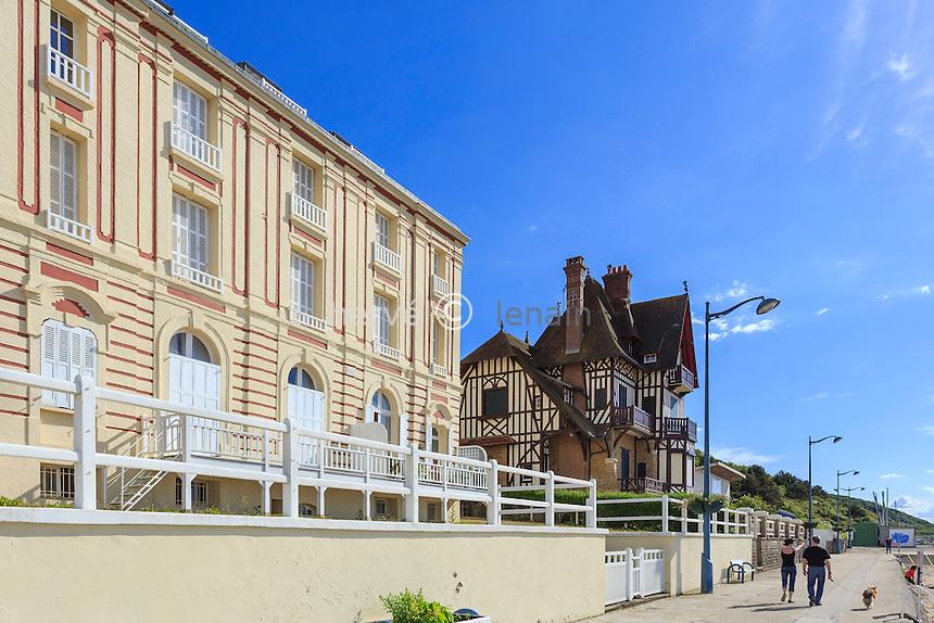 France, Calvados (14), Villers-sur-Mer, les villas du front de mer et la plage // France, Calvados, Villers sur Mer, villas waterfront and beach