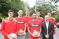 United Volleys Spieler Georg Escher, Jannis Hopt, Moritz Reichert, Florian Ringseis, Lukas Bauer und Christian Dünnes und gewobau Geschäftsführer Torsten Regenstein (r.) bei der Begrüßung am Böllenseeplatz