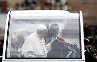 Papa Francesco riceve una maglia con su scritto il suo nome al suo arrivo all'udienza generale del mercoled&igrave; in Piazza San Pietro, Citta' del Vaticano, 15 novembre, 2017.<br /> Pope Francis receives a jersey shirt with his name as he arrives for his weekly general audience in St. Peter's Square at the Vatican, on November 15, 2017.<br /> UPDATE IMAGES PRESS/Isabella Bonotto<br /> <br /> STRICTLY ONLY FOR EDITORIAL USE