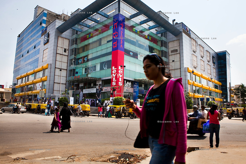 """Garuda shopping mall, MG road, downtown Bangalore..BANGALORE.Bangalore also known as Bengaluru is the capital of Southern state of Karnataka, and is Asia's fastest growing cosmopolitan city. Most of the high-tech companies have their offices here, and view Bangalore as 'Byte-Basket' of India. Bangalore was once called the pensioners' paradise but that quickly changed since IT companies set-up their offices in Bangalore making it the third most populous city in India with an estimated population of 5.8 million people (2001 census)..Bangalore houses some of the most recognised companies IT companies, making it India's leading Information Technology exporter and popularly known as the 'Silicon Valley of India"""". Apart from IT, Bangalore is home to leading and well-recognized organisations working on defence, aerospace, telecommunication, agricultural and science research and development. ..KPN company, Getronics, has off shored multiple business units to the Indian company, Mind Tree in Bangalore, the 'Silicon Valley of India', in the state of Karnataka, India. .Photo by Suzanne Lee for Hollandse Hoogte."""