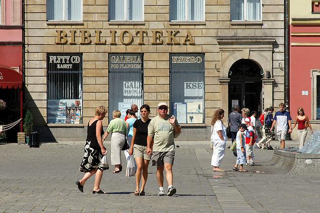 Szene on the street in Wroclaw.<br /> 17.7.2006, Wroclaw/Poland<br /> Copyright: Christian-Ditsch.de<br /> [Inhaltsveraendernde Manipulation des Fotos nur nach ausdruecklicher Genehmigung des Fotografen. Vereinbarungen ueber Abtretung von Persoenlichkeitsrechten/Model Release der abgebildeten Person/Personen liegen nicht vor. NO MODEL RELEASE! Nur fuer Redaktionelle Zwecke. Don't publish without copyright Christian-Ditsch.de, Veroeffentlichung nur mit Fotografennennung, sowie gegen Honorar, MwSt. und Beleg. Konto: I N G - D i B a, IBAN DE58500105175400192269, BIC INGDDEFFXXX, Kontakt: post@christian-ditsch.de<br /> Bei der Bearbeitung der Dateiinformationen darf die Urheberkennzeichnung in den EXIF- und  IPTC-Daten nicht entfernt werden, diese sind in digitalen Medien nach &sect;95c UrhG rechtlich geschuetzt. Der Urhebervermerk wird gemaess &sect;13 UrhG verlangt.]