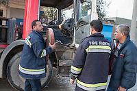 Feuerwehr in Qamishli, Rojava/Syrien.<br /> Von sieben Feuerwehr-Fahrzeugen die der YPG-Regierung in Qamishli zur Verfuegung stehen, ist nur eines funktionstuechtigt. Fuenf Fahrzeuge sind mit vorhandenen Mitteln nicht zu reparieren - Motorschaden, unbenutzbare Fahrerkabinen, defekte Stromleitungen.<br /> Zusaetzlich zumden Augaben der Feuerwehr muessen die 12 Feuerwehrmaenner - je 3 von ihnen arbeiten in 24-Stundenschichten - auch noch Wasser in Stadtteile ohne Wasserversorgung verteilen.<br /> 15.12.2014, Qamishli/Rojava/Syrien<br /> Copyright: Christian-Ditsch.de<br /> [Inhaltsveraendernde Manipulation des Fotos nur nach ausdruecklicher Genehmigung des Fotografen. Vereinbarungen ueber Abtretung von Persoenlichkeitsrechten/Model Release der abgebildeten Person/Personen liegen nicht vor. NO MODEL RELEASE! Nur fuer Redaktionelle Zwecke. Don't publish without copyright Christian-Ditsch.de, Veroeffentlichung nur mit Fotografennennung, sowie gegen Honorar, MwSt. und Beleg. Konto: I N G - D i B a, IBAN DE58500105175400192269, BIC INGDDEFFXXX, Kontakt: post@christian-ditsch.de<br /> Bei der Bearbeitung der Dateiinformationen darf die Urheberkennzeichnung in den EXIF- und  IPTC-Daten nicht entfernt werden, diese sind in digitalen Medien nach &sect;95c UrhG rechtlich geschuetzt. Der Urhebervermerk wird gemaess &sect;13 UrhG verlangt.]