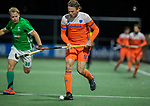 AMSTELVEEN - Bob de Voogd (Ned) met Stuart Loughrey (IRE)   tijdens de hockeyinterland Nederland-Ierland (7-1) , naar aanloop van het WK hockey in India.   COPYRIGHT KOEN SUYK