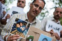 """Mahnwache """"Ich vermisse meine Familie"""" der Fluechtlingsinitiative """"people meet people - Respekt e.V."""" am Mittwoch den 27. Juli 2016 vor dem Auswaertigen Amt.<br /> Die Fluechtlingsinitiative aus dem brandenburgischen Bad Belzig und die Gefluechteten demonstrieren stellvertretend fuer viele syrische Vaeter, Frauen und Kinder fuer Ihren Wunsch nach einer Verbesserung der Familienzusammenfuehrung. Manche der Gefleuchteten warten seit Jahren auf die Erlaubnis ihre Kinder, Ehemaenner oder Ehefrauen aus dem Kriegsgebiet in Syrien nach Deutschland holen zu duerfen.<br /> Die Gefluechteten versuchten ein Gespraech mit einem Verantwortlichen aus dem Auswaertigen Amt zu bekommen, wurden aber vertroestet. Sie wollen ihren Protest zehn Tage lang durchfuehren.<br /> Im Bild: Einige der Gefluechteten haben Fotos ihrer Kinder und Angehoerigen, die noch in Syrien sind mitgebracht. Hier, Faraj Al Saleh aus Darra mit einem Foto seiner Toechter Osama (14 Jahre) und Mais (6 Jahre).<br /> 27.7.2016, Berlin<br /> Copyright: Christian-Ditsch.de<br /> [Inhaltsveraendernde Manipulation des Fotos nur nach ausdruecklicher Genehmigung des Fotografen. Vereinbarungen ueber Abtretung von Persoenlichkeitsrechten/Model Release der abgebildeten Person/Personen liegen nicht vor. NO MODEL RELEASE! Nur fuer Redaktionelle Zwecke. Don't publish without copyright Christian-Ditsch.de, Veroeffentlichung nur mit Fotografennennung, sowie gegen Honorar, MwSt. und Beleg. Konto: I N G - D i B a, IBAN DE58500105175400192269, BIC INGDDEFFXXX, Kontakt: post@christian-ditsch.de<br /> Bei der Bearbeitung der Dateiinformationen darf die Urheberkennzeichnung in den EXIF- und  IPTC-Daten nicht entfernt werden, diese sind in digitalen Medien nach §95c UrhG rechtlich geschuetzt. Der Urhebervermerk wird gemaess §13 UrhG verlangt.]"""