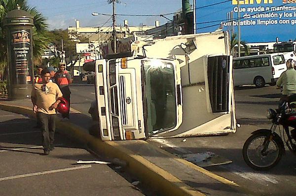 Accidente en la Av Abraham Lincoln con Roberto Pastoriza, una voladora chocó un camión, resultaron heridos el chofer y un pasajero, el chofer del camión resulto ileso