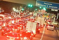 SÃO PAULO, SP, 12/07/2012, TRANSITO.  Mesmo na temporada de férias, basta uma simples chiva para deixar vários pontos de São Paulo com trafego intenso. Na foto a Av. Radial Leste. Luiz Guarnieri? Brazil Photo Press.