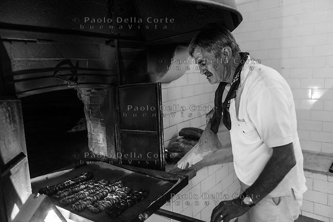 Altamura - La preparazione dei taralli e della focaccia pugliese in un forno di Altamura