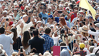 Papa Francesco saluta i fedeli al suo arrivo all'udienza generale del mercoledi' in Piazza San Pietro, Citta' del Vaticano, 14 giugno, 2017.<br /> Pope Francis waves to faithful as he arrives to lead his weekly general audience in St. Peter's Square at the Vatican, on June 14, 2017.<br /> UPDATE IMAGES PRESS/Isabella Bonotto<br /> STRICTLY ONLY FOR EDITORIAL USE