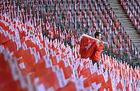 Fussball International  WM Qualifikation 2014   in Bern Schweiz - Slowenien         15.10.2013 Helfer mit Schweizer Fahnen im Stade de Suisse in Bern