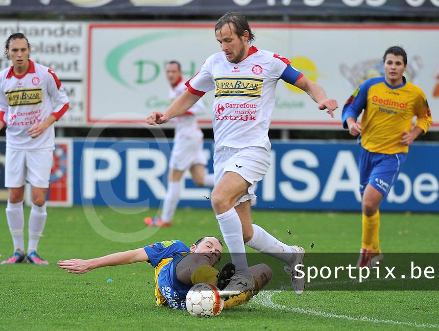 FC Gullegem - SK Eernegem : Bjorn Vandaele aan de bal voor de tacklende Andrew Bultynck<br /> foto VDB / Bart Vandenbroucke