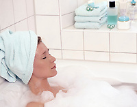 Frau nimmt Schaumbad, entspannt, Augen geschlossen, Handtuch um ihren Kopf gewickelt | woman taking a foam bath, relaxed, eyes closed, towel wrapped around her head