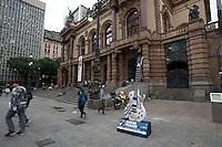 SÃO PAULO, SP, 11.05.2015 - Instrumento musical é exposto em frente ao Teatro Municipal como parte da Guitar Parade, mostra de arte pública, com guitarras de 2,5m de altura sobre bases de 40 cm, customizadas por artistas do Led?s Tattoo. A exposição acontece em algumas das principais vias de São Paulo, em comemoração aos 30 anos de Rock in Rio.( Foto: Gabriel Soares / Brazil Photo Press/Folhapress)