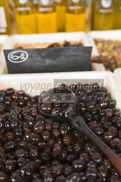 Europe/France/Provence-Alpes-Cote d'Azur/Alpes-Maritimes/Antibes: détail d'un étal d'olives et d'huile d'olives de Provence sur le marché cours Massèna