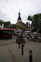 General view of Marktstrasse, R&uuml;desheim am Rhein, with Saint Jakobus Church, Kirchstrasse in the background, Hesse, Germany.<br /> <br /> Allgemeine ansicht der Marktstra&szlig;e, R&uuml;desheim am Rhein, mit St. Jakobus-Kirche, Kirchstrasse im hintergrund, Hesse, Deutschland.